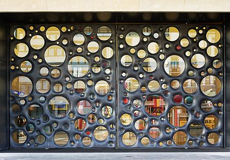 Porte de Cornavin, réalisé par L'atelier Mérillon, et l'artiste Carmen Perrin